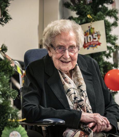 105-jarige Marie Wesselink uit Tubbergen houdt zichzelf scherp met de vragen van Eén tegen 100
