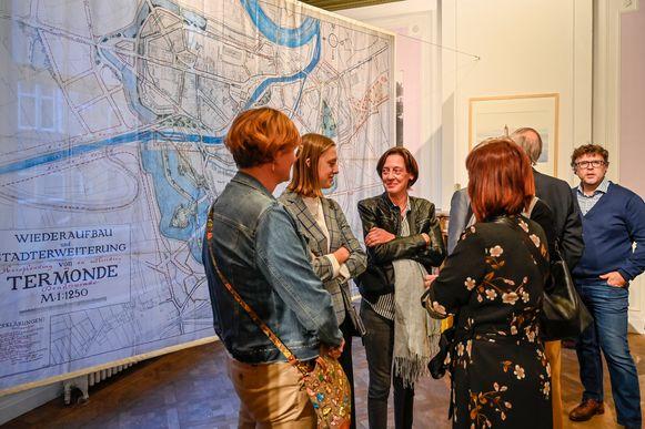 Om de grote doeken met stadsplannen een plaats te geven was hulp van medewerkers van sociale tewerkstellingsplaats Naaiatelier van Dendermonde nodig.