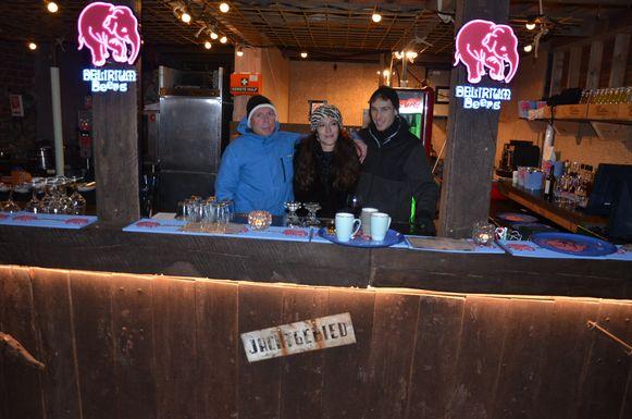 Chris Dhaen, Vicky Hobbels en Jonas Schepens achter de buitenbar van GezoardeBos.
