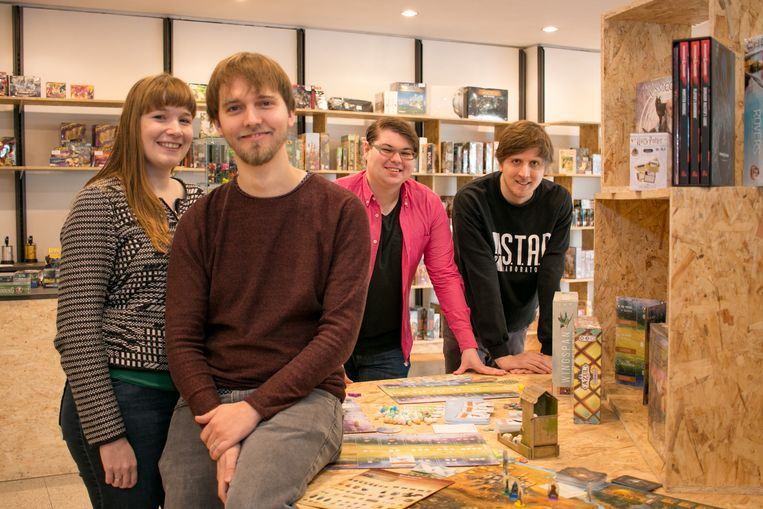 Sara Laureys, Thomas Vercauteren, Kevin Kuczynski en Ward De Schepper in 'Brood en Spelen' in de Stationsstraat.