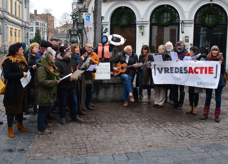 Vredesactie Brugge voerde actie aan de bibliotheek Biekorf.