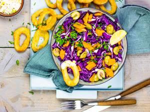 Wat Eten We Vandaag: Rode koolsalade met knapperige inktvisringen