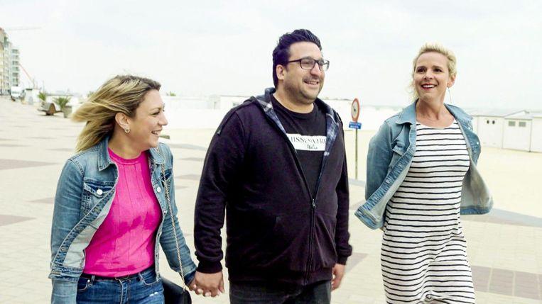 Tine Embrechts (rechts) helpt Shana en Marco bij hun zoektocht naar de ideale vakantiebestemming.