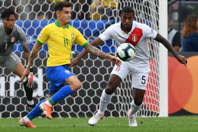 Philippe Coutinho in duel met Peruviaan Miguel Araujo tijdens de Copa América van afgelopen zomer.