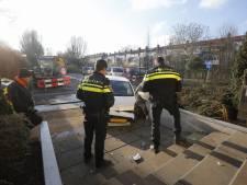 Dordtse man (85) crasht met auto tegen stoeprand
