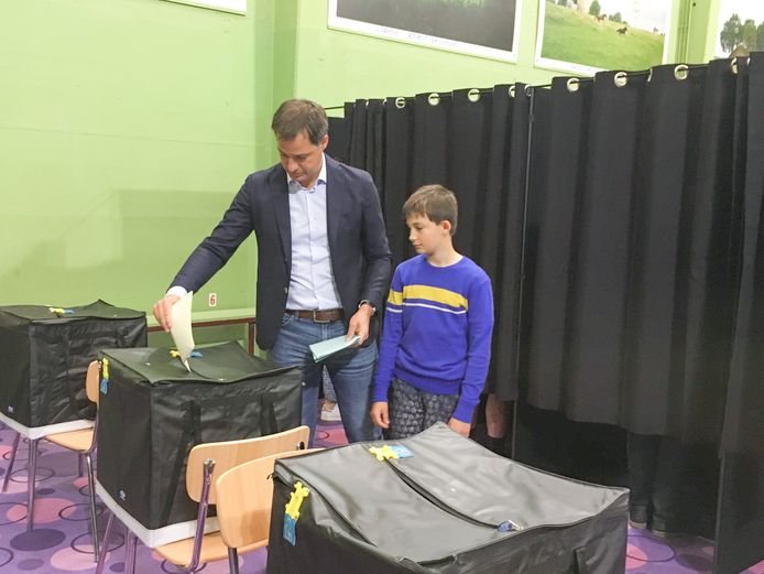 Alexander De Croo in het stemlokaal in Michelbeke.