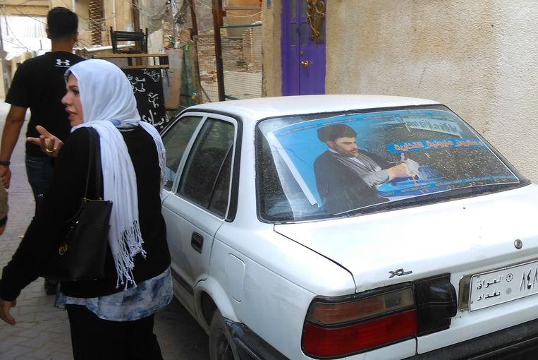 Al-Halboussi deelt ook voedselpakketten uit. Beeld Judit Neurink