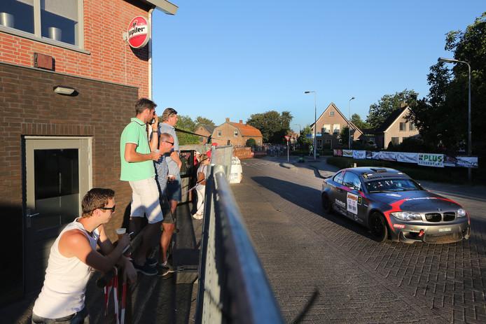 GTC Rally bij aanvang in Achtmaal, publiek bij Café DenThuur.