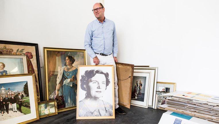 Van Kleef heeft enkele honderden staatsieportretten, maar wat ermee te doen? 'Misschien moet ik het toch maar eens allemaal wegdoen.' Beeld Tammy van Nerum