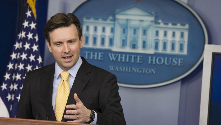 Witte Huis-woordvoerder Josh Earnest bevestigde dat er nog minstens één Amerikaan gegijzeld wordt in Syrië.