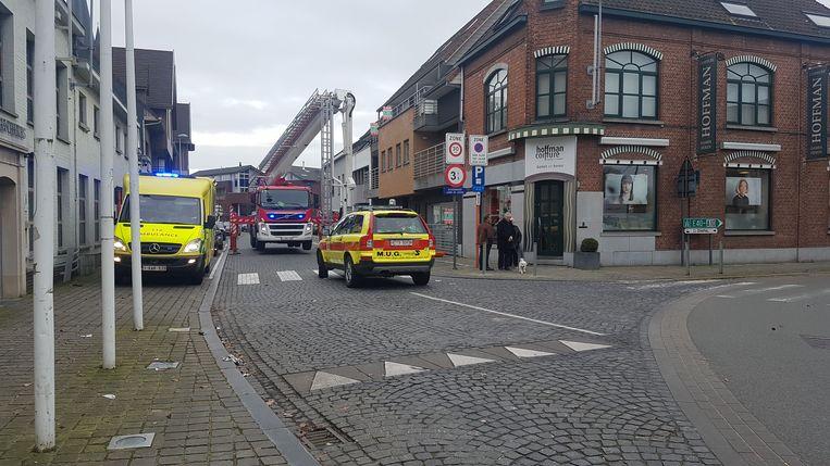 De Dorpsstraat, aan het kruispunt met de Stationsstraat, was een uur afgesloten voor een medische interventie.