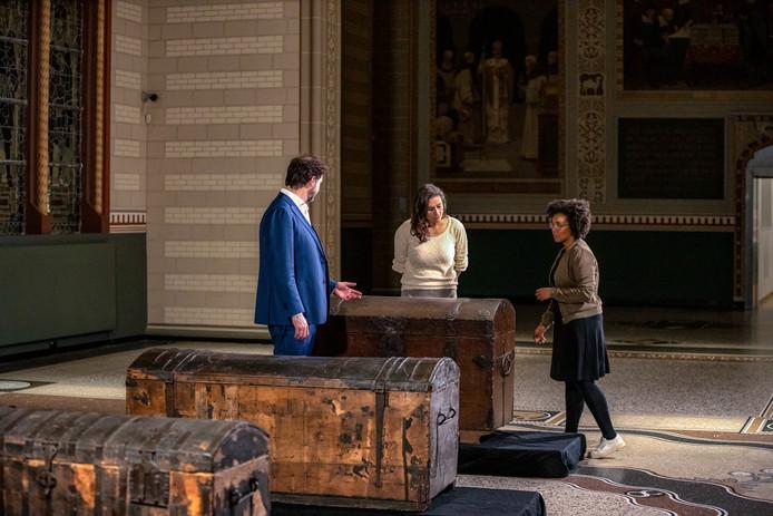 De kisten uit Slot Loevestein, het Rijksmuseum en museum Prinsenhof worden in het tv-programma bestudeerd.