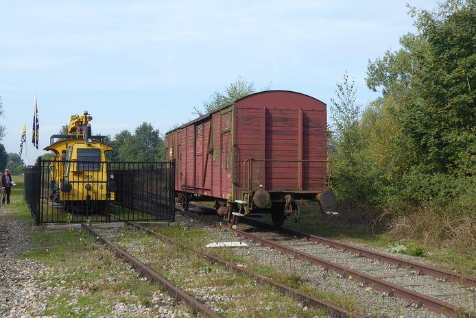 De Sik (locomotief) heeft gezelschap gekregen van een oude goederenwagon op de Vorstenbosscheweg in Veghel.