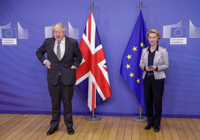 Boris Johnson (L) en Ursula von der Leyen (R).