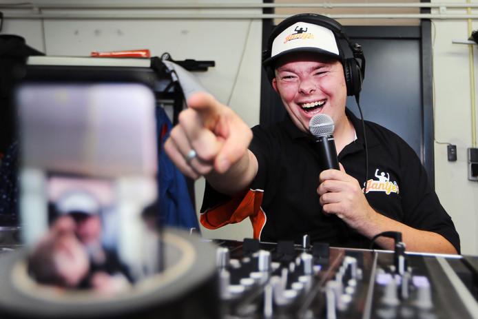 DJ Jantje (Jan Roovers) uit Zundert is de populairste act op schuurfeesten dit moment. Daarnaast draait hij vanuit zijn garage geregeld sets van een uur die hij live op Facebook streamt. Liefst 50.000 views per keer levert dat op. FOTO: RAMON MANGOLD/ PIX4PROFS