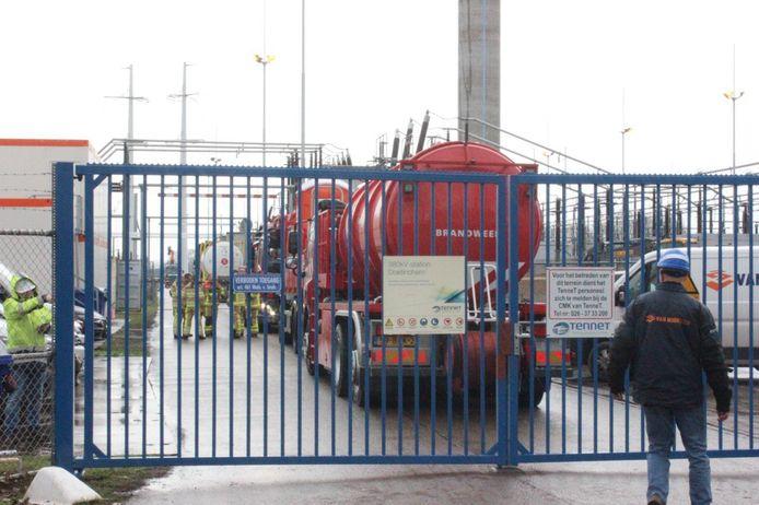 De brandweer is met groot materieel bij TenneT in Hummelo.