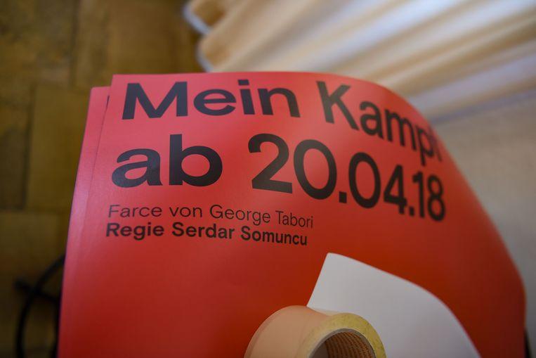 Een poster van het theaterstuk 'Mein Kampf', gratis bij te wonen voor mensen die een hakenkruis dragen.