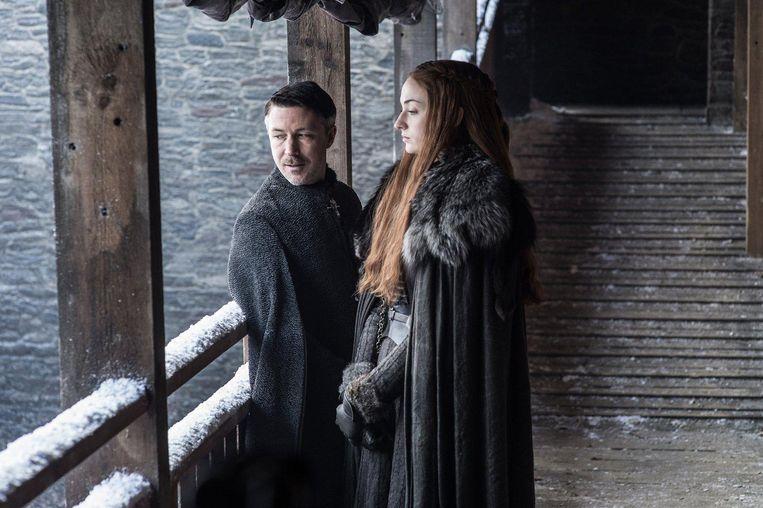 Sansa Stark (Sophie Turner) en Petyr Baelish (Aidan Gillen) in Winterfell. Beeld Helen Sloan / HBO