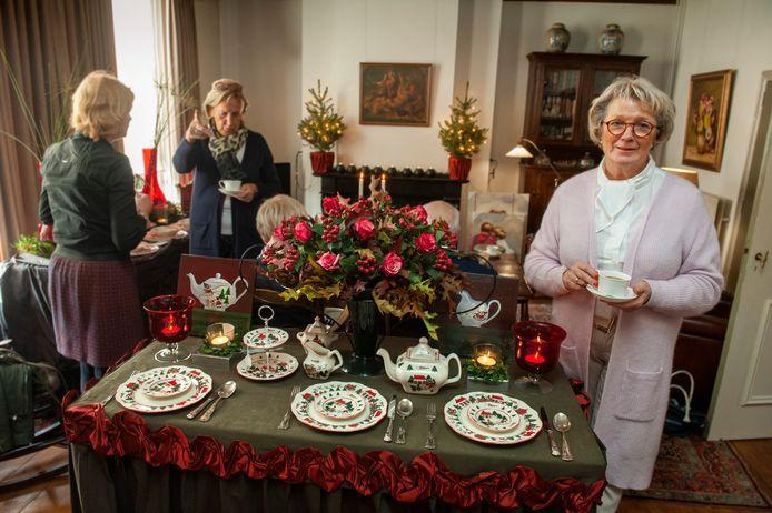 Lucia de Bonth te midden van haar Engelse servies. Op de achtergrond bezoekers van de open dag van haar huis aan de Kerkstraat in Nieuwkuijk