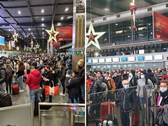 """Verontwaardiging over foto's van opeengepakte reizigers op luchthaven Charleroi: """"Egoïsme"""""""
