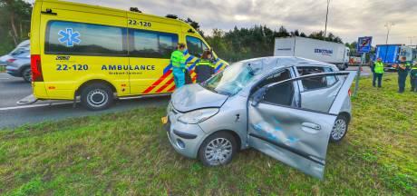 Auto over de kop na ongeval met vrachtwagen op A2 bij Waalre: inzittende gewond naar ziekenhuis