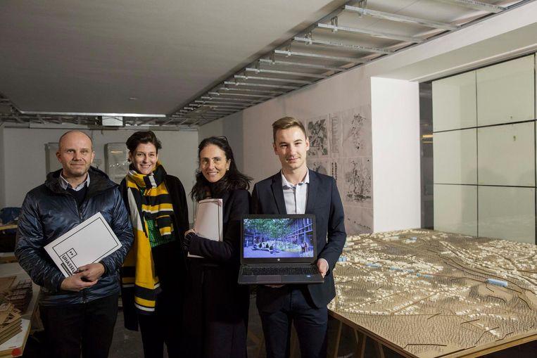 Student Bjorn Vanden Abeel (rechts) met vertegenwoordigers van de stad en de universiteit Hasselt bij de expo.