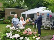 Klaas en Clasien Mandemaker vieren 65 jaar samen met volle teugen: 'een feest zonder knuffelen op 1,5 meter afstand is zo krampachtig'