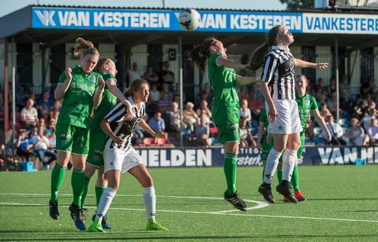 Archief: Joy Kersten van Achilles'29 (rechts) wint een kopduel tegen PEC Zwolle.