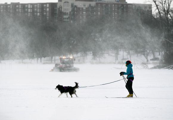 Een vrouw laat haar hond uit bij -34°C in Minneapolis.