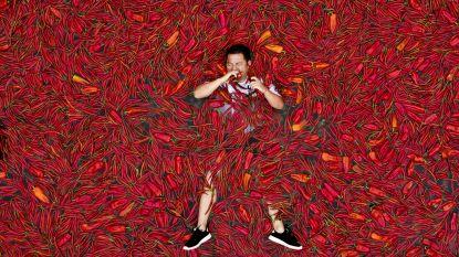 Chinezen eten en baden in rode pepers