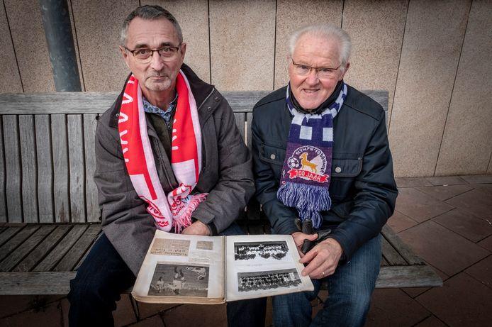 Voormalig Volharding-speler Toon Gerrits (links) haalt samen met oud-Olympia'18-speler Henk Philips herinneringen op aan  de laatste derby's tussen hun clubs.