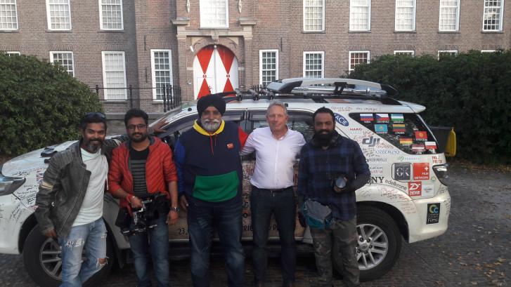 Bollywoodster rijdt 30.000 kilometer en maakt tussenstop bij koeien in Heeze