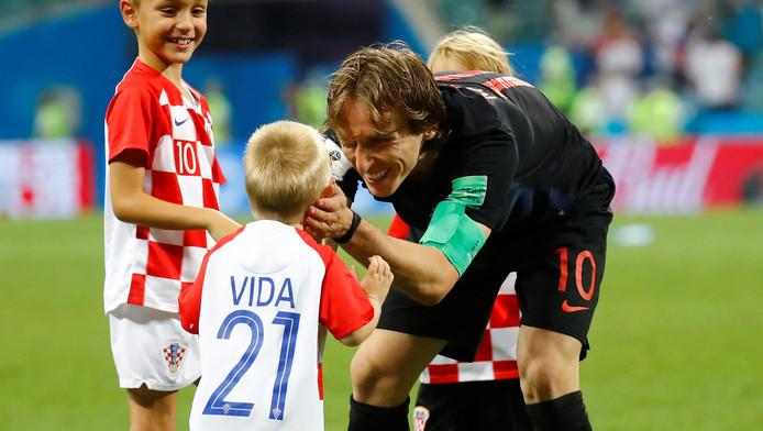 Luka Modric viert de overwinning op Rusland met het zoontje van Domagoj Vida.