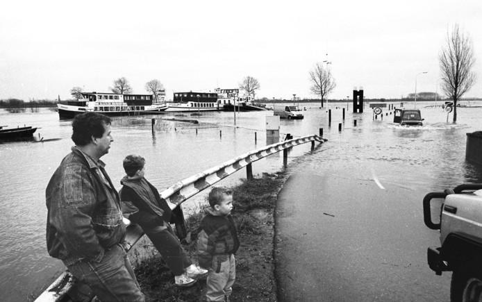 Hoogwater bij het veer in Maasbommel in de jaren 1990.