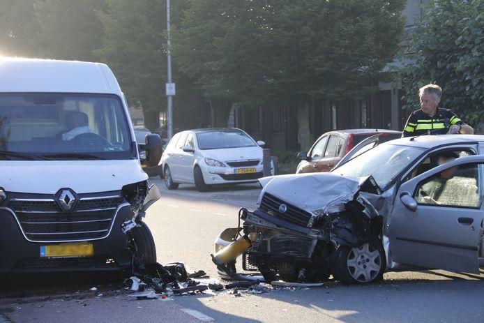 Een automobilist is tegen een geparkeerde bus gebotst in Ottersum