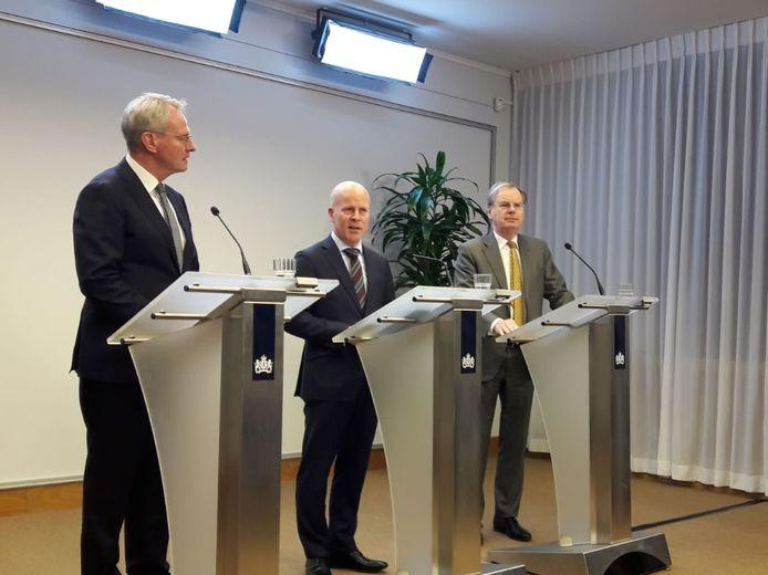 Bernard Wientjes (rechts) met minister Raymond Knops en Han Polman (links), net nadat hij de opdracht kreeg op zoek te gaan naar compensatie voor Zeeland.