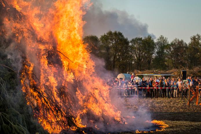 De traditionele paasvuren dit weekend veroorzaken stankoverlast in de regio Rijnmond.