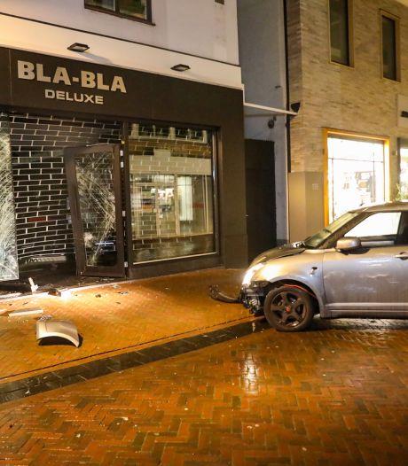 Auto ramt kledingwinkel in Apeldoorn, daders ramkraak op de vlucht