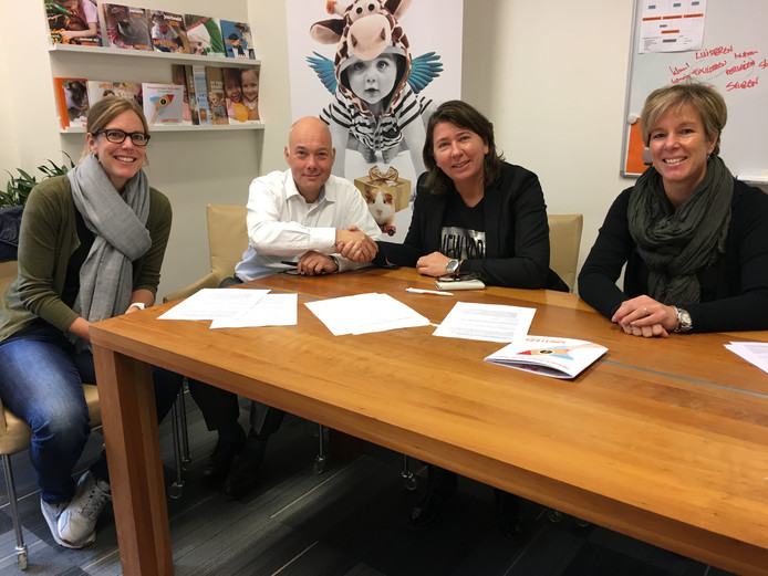 Ondertekening van overeenkomst. Van links naar rechts Pam van der Graag (locatiemanager Vivent De Hooghe Clock), Jan-Willem Bedeaux (directeur bestuurder Kanteel Kinderopvang), Carlo Lasonder (bestuurder Vivent) en Esther De Koning (manager Kinderopvang Kanteel).