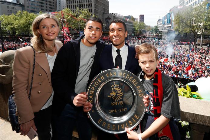 15 mei 2017: Giovanni van Bronckhorst met zijn vrouw Marieke en zijn kinderen Jake en Joshua op de Coolsingel.