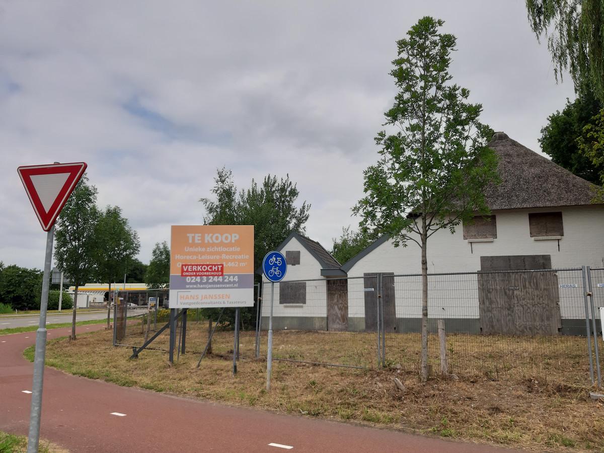 De witte boerderij bij de rotonde Schoenaker/Woeziksestraat.