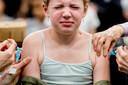 Een meisje wordt gevaccineerd tegen difterie, tetanus, polio (DTP), bof, mazelen en rodehond (BMR). De meeste mensen die mazelen krijgen, zijn niet ingeënt