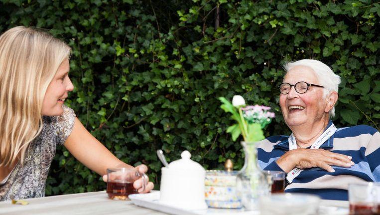 Dochter Natasha bezocht haar vader Jen Algera (78) dagelijks toen hij nog thuis woonde. Dan zat hij alleen op zijn stoel, met een tv die niet aanging en een koffiezetapparaat dat niet werkte. 'Is het dan nog leuk om alleen te zijn? Is dat nog menselijk? Ik denk het niet.' Beeld Adriaan van der Ploeg
