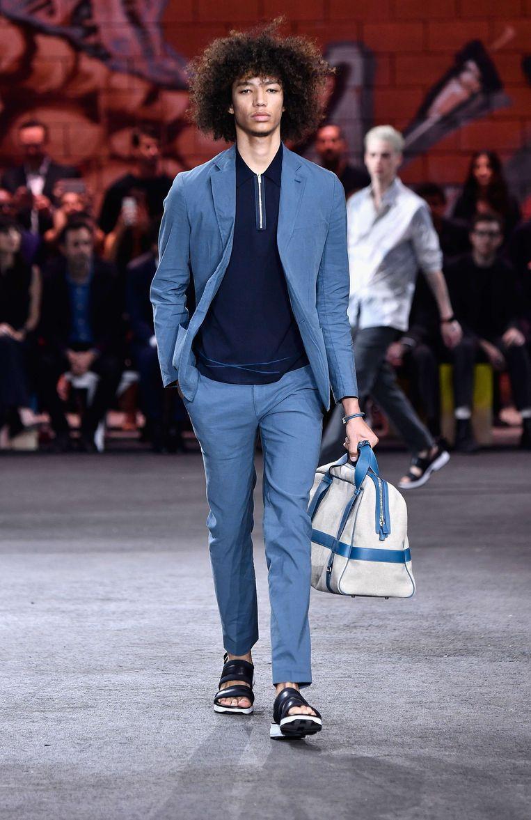 In de show van modehuis Hermès, voor het komende zomerseizoen, droeg ieder model een tas. Beeld AFP