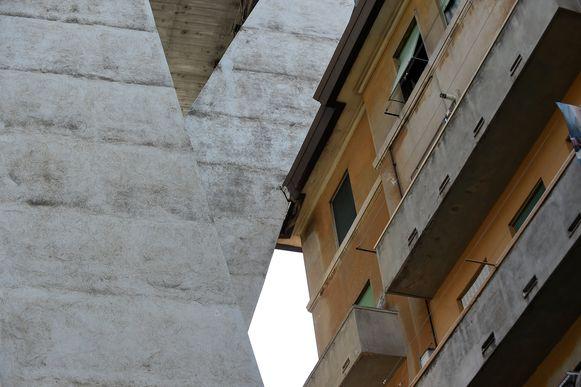 Een steunpilaar die rond een appartementsblok werd gebouwd, is mogelijk één van de oorzaken van het drama. Door waterinsijpeling zouden er barsten in het beton ontstaan zijn, waardoor de pilaar verzwakte.