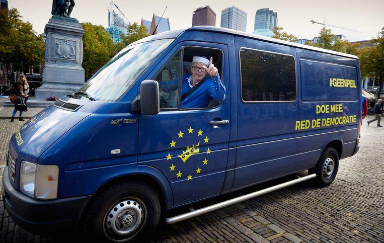 Jan Roos haalt handtekeningen op voor GeenPeil op het Plein in Den Haag. Beeld anp