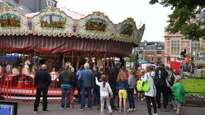 Cafés Den Beiaard en De Leivese Ton schenken cheque aan Jaartallen