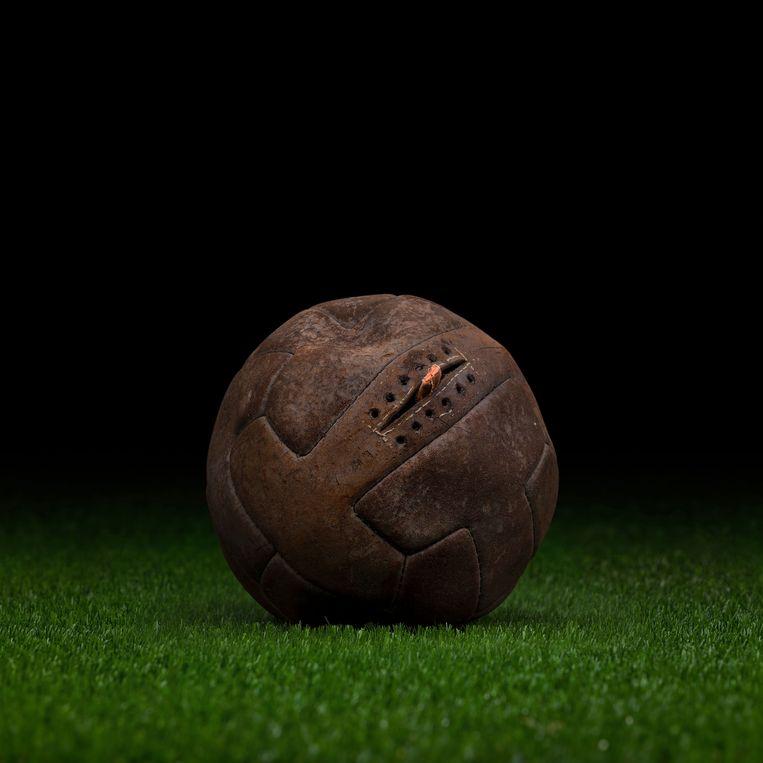 De WK-bal van 1930 in Uruguay Beeld null