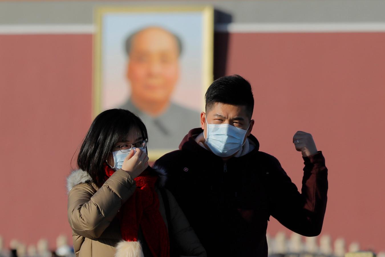 Inwoners van Peking dragen uit voorzorg maskers.
