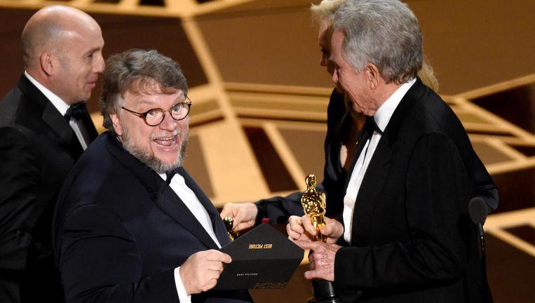 Regisseur Guillermo del Toro neemt de Oscar voor de beste film, zijn The Shape of Water, in ontvangst. Beeld reuters